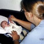het eerste fruit hapje voor Kimberly en Isabella 13-10-2004