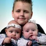 Bruce met zijn tweeling zussen Kimberly _ Isabella op de foto 10-12-2004