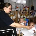 kijk wij eten in onze nieuwe stoeltjes das makelijk 28-03-2005