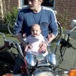 Isabella op de motorfiets van peet 11-04-2005