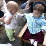 onze nieuwe stoeltje voor buiten ons buurmeisje Irene test ze uit 25-04-2005