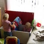 Isabella en Kimberly aan het spelen in woonkamer 17-09-2006