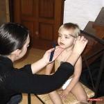 Eva doet nog even de haartjes van Kim en Isa kammen 17-02-2007