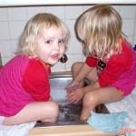 Lekker spelen op het aanrecht met onze voeten in de afwasbak 08-01-2008