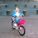 Kimberly kan ook zonder zijwieltjes fietsen 09-03-2010