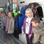 Ziekenwagen bij kim en isa op schoolplein 20-04-2010