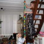 Bruce en Isabella met hoge toren van Lego bloken 09-05-2010