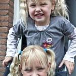 Kimberly en Isabella spellend voor de deur 13-06-2010