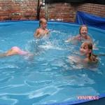 Filmpje Dirk en Jose op de BBQ kids in zwembad 13-07-2010