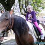 Kim en Isa op een Paard 18-04-2010